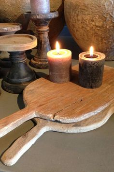 Look at the items displayed--old cutting boards, candles, spools! Old Candles, Candle Lanterns, Chandeliers, Wooden Bread Board, Grey Interior Design, Wooden Kitchen, Cozy Cottage, Home Deco, Sober