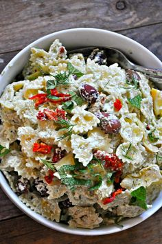 This incredible vegan tzatziki pasta salad is perfect for warm weather days. Creamy and rich vegan tzatziki sauce tossed with pasta and veggies. Salad Recipes, Vegan Recipes, Cooking Recipes, Free Recipes, Refreshing Salad Recipe, Vegan Tzatziki, Tzatziki Sauce, Sundried Tomato Pasta, Vegan Potluck