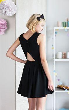 Si vous êtes à la recherche d'une robe élégante et festive, ce modèle avec dos ouvert est fait pour vous ! Vous pouvez même personnaliser les épaulettes avec un tissu spécial