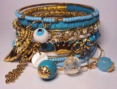 Conjunto com 9 pulseiras em strass, camurça, cascalho de pedra natural e missangas.  Os pingentes são um charme só! Linda! R$ 52,00