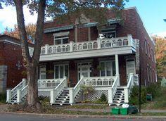 10743 - 10747 grande Allée   Cette maison, construite vers 1930, a conservé ses éléments originaux d'intérêt. Les imposants balcons de la façade symétrique, la dentelle des balustrades en bois et les trois escaliers ajourés sont tout à fait remarquables.  ©Ville de Montréal, 2004