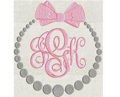 Collar de perlas con lazo marco monograma bordado diseño fichero en 2 tamaños y 2 colores. Adorable!  LAS FUENTES SE VENDEN POR SEPARADO AQUÍ:  https://www.etsy.com/listing/231943806/scripty-monogram-font-embroidery-file-26?ref=shop_home_active_8