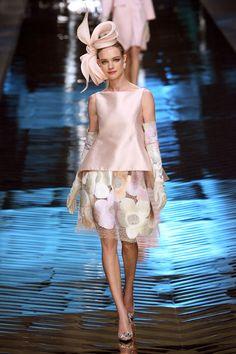 Natalia Vodianova ouvre le défilé Valentino haute couture printemps-été 2008 http://www.vogue.fr/mode/cover-girls/diaporama/le-top-natalia-vodianova-en-50-looks/7217#valentino-haute-couture