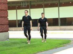 Usando um recurso de US$ 2,9 milhões do DARPA, um instituto de Harvard criou um exoesqueleto que poderá ajudar as pessoas com dificuldade de locomoção - a grande vantagem é que ele é bem mais leve e flexível do que os desenvolvidos até hoje. Entenda como ele funciona e veja um vídeo de demonstração na Exame, por Vanessa Daraya.