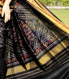 BLACK TRADITIONAL HANDWOVEN PATOLA SAREE FROM sindhoipatola.in