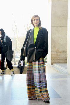 マドラスチェックとネオンカラーの意外な出合い Trendy Outfits, Work Outfits, Street Snap, Everything Pink, Textile Patterns, Fasion, Girly, Street Style, Womens Fashion