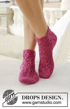 Sakura / DROPS - Free knitting patterns by DROPS Design Sakura / DROPS - knitted socks with lace and small cable pattern. Size The piece is worked in DROPS fable. Crochet Socks, Knitted Slippers, Knitting Socks, Free Knitting, Drops Design, Magazine Drops, Drops Patterns, Baby Knitting Patterns, Slippers
