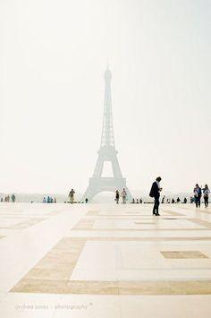 """パリの女の子はオシャレ。雑誌でも""""パリジェンヌ""""の着こなしが特集されることもたくさんありますね。 今回は""""パリジェンヌ""""の着こなしに欠かせない「ボーダー」と「シャツ」にポイントを当ててコーディネートを集めてみました。"""