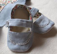 Baby Mary Jane Shoe Crafts, Felt Baby, Shoe Pattern, Slipper Boots, Baby Boots, How To Make Shoes, Doll Shoes, Mary Jane Shoes, Baby Sewing