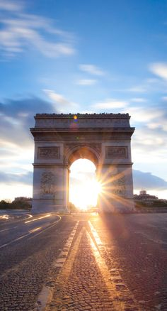 Chaque année, l'illumination des Champs-Elysées donne le coup d'envoi des festivités de Noël. Du mercredi 18 novembre 2015 au jeudi 7 janvier 2016, de 17h00 à 2h du matin, les 200 platanes de l'avenue porteront des guirlandes scintillantes pour éblouir tous les visiteurs. Sur 2,4km de long, entre l'Arc de triomphe jusqu'à la place de la Concorde, Paris brille...