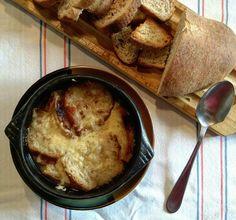 Sopita de cebolla con un toque #PanComido: #PanRustico con trigo malteado. Muy buena pa' qué? Obra de la mamá de @latroconis by pan_comido