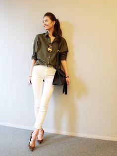 昨日、AneCan編集部を訪れた専属モデル葛岡 碧。 私服がおしゃれだったので、スナップさせてもらいました。  カーキのブラウスに、ホワイトデニムを合わせたコーディネート。 シャツは、前だけをインするのがバランスよく見えるコツなのだそう。 #葛岡碧 #Fashion #ootd #denim #whitedenim #デニム #ホワイトデニム