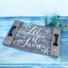 Plank Wood Signs and Projects Easy Christmas Decorations, Christmas Village Display, Holiday Crafts, Serving Tray Wood, Wood Tray, Simple Christmas, Christmas Crafts, Rustic Wood Decor, Wood Circles