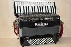 Beltuna    Studio III 96    Helikon    (wie Harmonikordeon)         Diskant: 34 Tasten, 3-chörig, 5 Register    Bass: 96 Bass, Helikon    Balg innen rot    Im Akkordeon sind Limex Diskant- und Bassmikrofone eingebaut!         Inkl. Tragriemen und Koffer         Das Instrument ist in einem TOP Zustand!