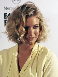 Die australische Bloggerin und Fotografin Zanita Whittington hat eine wunderschöne Stufenschnitt-Frisur mittellang mit Locken. Für diesen Look wurden die Haare auf Seitenscheitel geschnitten und durchgestuft, was vor allem auf der Scheitelseite mehr Volumen ins Haar bringt.