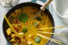 gevogelte - kipfilets, sperziebonen, ... - Verwarm de kokosmelk in een kookpot en roer er de currypasta door. Schenk hierbij de bouillon samen met de vissaus, de limoenblaadje, de sperzieboontjes en de chilipeper. Laat even garen. Breng op smaak met zout en de basterdsuiker.