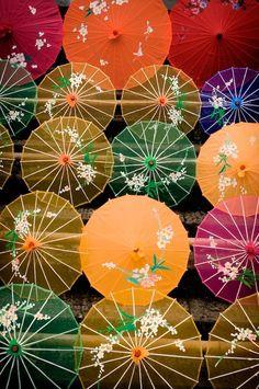 Kolorowe, ręcznie robione parasole to obowiązkowa pamiątka z podróży do Chin. Odkrywaj świat z #Big-Active www.big-active.pl/