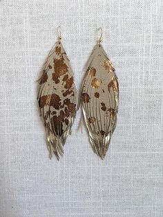 Podwójne skórzane kolczyki z piórami - King George Shop Feather Earrings, Diy Earrings, Earrings Handmade, Leather Jewelry Making, Initial Jewelry, Jewelry Design, Unique Jewelry, Leather Craft, Body Jewelry