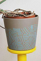 Blumentopf bemalt mit geometrischem Muster