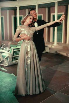 Un'altra scena di Alta società con un altro abito disegnato da Helen Rose. Il musical è l'ultimo film interpretato da Grace Kelly prima del matrimonio con il principe di Monaco.