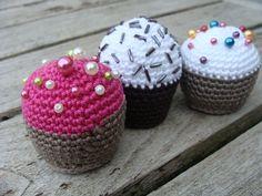 DSC02151 Crochet Pincushion, Crochet Cake, Crochet Food, Crochet Gifts, Tunisian Crochet, Pin Cushions, No Bake Cake, Diy And Crafts, Christmas Crafts