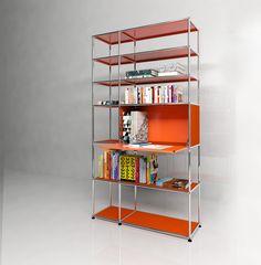 Bibliothèque USM Haller avec une porte abattante,  présenté en orange pur. Dimensions L/P/H : 1136/386/2011 mm.