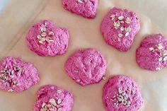 Rødbedeboller har den fineste lyserøde farve, og de hitter med garanti hos små piger, da de sunde rødbedeboller er perfekte prinsesse-boller. Brug pulpen fra din juicer eller friskrevet rødbede.…