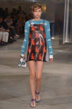 Prada aposta no futurismo retrô no verão 2016 - Vogue   News