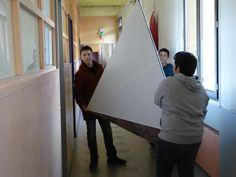 Julien, Gabriel et Théo, escortent la pyramide : encombrante n'est-ce pas, cette réplique d'1 mètre-cube de la pyramide de Gyzeh  ?