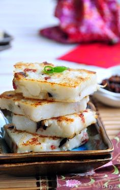 Chinese Turnip Cakes (港式臘味蘿蔔糕) is one of my family's favorite savory treats. We do order them at Dim Sum restaurants from time to time. New Year's Food, Love Food, Chinese Cake, Chinese Food, Chinese Desserts, Chinese Turnip Cake Recipe, Chinese New Year Dishes, Asian Snacks, Unique Desserts