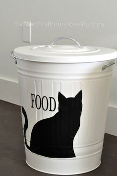 Cubo de comida para mascotas, personalizado - Create your own pet food storage containers with and IKEA trashcan and Silhouette machine! Perfect storage solution for your pet food & accessories Pet Food Storage, Kitchen Storage Containers, Stuffed Animal Storage, Food Containers, Storage Ideas, Storage Bins, Storage Solutions, Smart Storage, Pet Food Container