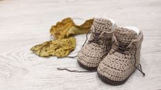 Crochet Baby Patterns baby brown booties crochet free pattern with video tutorial Crochet Baby Boots, Crochet For Boys, Crochet Slippers, Free Crochet, Dishcloth Crochet, Easy Crochet, Baby Boy Booties, Baby Boy Shoes, Crochet Baby Blanket Beginner