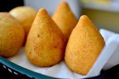 Aprenda a preparar coxinha de farinha de arroz (sem glúten) com esta excelente e fácil receita.  A coxinha de galinha é um dos símbolos do Brasil e, para que as...