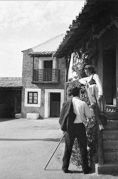 Exposição do Mundo Português, Lisboa, 1940. Aldeias portuguesas: Beira Alta - pormenor com interação de figurantes em traje regional do Minho. Traje de lavadeira. Fotógrafo: Casimiro dos Santos Vinagre. Data de produção da fotografia original: 1940.