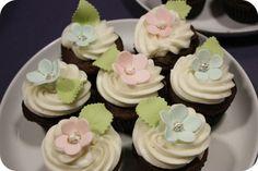 Gumpaste flower cupcakes.  So sweet!  By Sweetopia.net