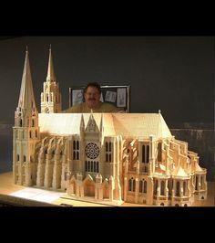 Patrick Acton derrière sa sculpture de la Cathédrale Notre-Dame
