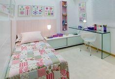 quarto de menina lindo!! gostei da colcha, da mesa de vidro do rak com portas de correr, da prateleira rosa.