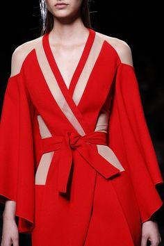 Siehe Detailfotos der Kollektion Ready-to-Wear von Balmain Spring - stilvollefrauen. Red Fashion, Fashion Details, Look Fashion, Couture Fashion, Runway Fashion, High Fashion, Fashion Show, Fashion Outfits, Fashion Weeks
