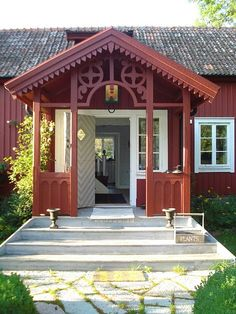 Just love this classic Swedish entryway & architectural detail.