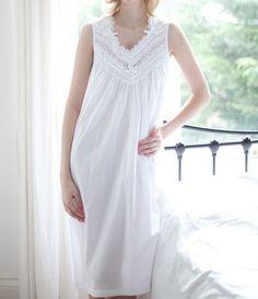 Superbe chemise de nuit en coton blanc sans manches de chez www.cetaellecetalui.com #chemise_de_nuit_blanche#