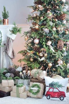 25 of the Most Inspiring Rustic Christmas Trees Sapin de Noël rustique neutre Rustic Christmas Trees, Woodland Christmas, Farmhouse Christmas Decor, Noel Christmas, Green Christmas, Natural Christmas Tree, Christmas Crafts, Christmas Tree With Pine Cones, Decorated Christmas Trees
