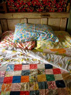 old quilts + vintage linens,mix up your bed linen when making your bed , its less boring Quilts Vintage, Old Quilts, Vintage Sheets, Vintage Bedding, Vintage Fabrics, Vintage Bedrooms, Vintage Blanket, Granny Chic, My New Room