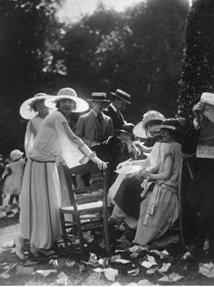 Vintage Summers in Pictures Part II: The Roaring Twenties Vintage Pictures, Old Pictures, Old Photos, 20s Fashion, Fashion History, Vintage Fashion, Victorian Fashion, Fashion Dresses, Roaring Twenties