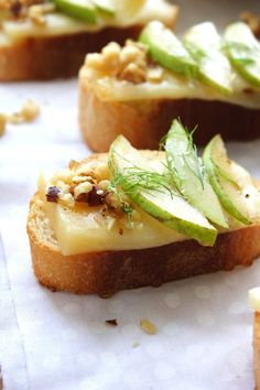 Looking for a quick and healthy appetizer? Try Pear, Parmesan and Honey Crostini. Looking for a quick and healthy appetizer? Try Pear, Parmesan and Honey Crostini–a unique flavor Skewer Appetizers, Bite Size Appetizers, Fall Appetizers, Finger Food Appetizers, Healthy Appetizers, Appetizer Recipes, Appetizer Ideas, Cucumber Appetizers, Appetisers
