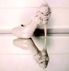 Such a nice vintage look on these platforms.. if only I could wear heels!!!