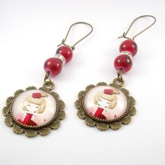 Boucles d'oreille petite dormeuse métal bronze, cabochons en verre kawaii fille et ses perles en verre.rouge-noir