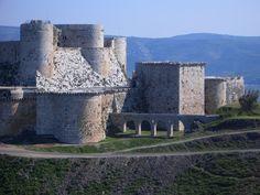 Crac de los caballeros , es consideran como el más magnífico de los castillos medievales que han sobrevivido hasta nuestros días, es un recordatorio de las Cruzadas. El Crac es la mayor de las fortalezas construidas por los cruzados en Tierra Santa, y durante 130 años, de 1142 a 1271. Es un castillo situado en la actual Siria que fue la sede central de la Orden del Hospital de San Juan de Jerusalén en territorio sirio durante la época de las cruzadas.