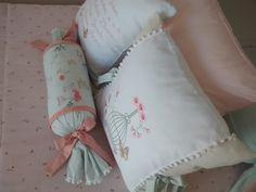 Kit cama com 1 colcha Edredom 1 saia 2 lados 1 rolo grande 1 rolinho pequeno 3 almofadas decorativas