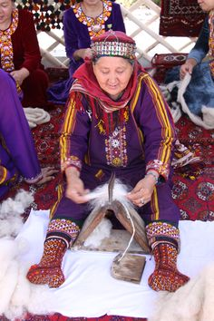 The photo is from the Carpet Expo – it is of a Turkmen woman combing the fleece of the Saryja sheep. The wool of this fat-tailed sheep is used in the beautiful Turkmen carpets. Spinning Wool, Hand Spinning, Spinning Wheels, Spin Me Right Round, Art Tribal, Art Du Fil, Drop Spindle, Textiles, Central Asia