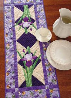 Nature's Beauty In Applique .what a beautiful table runner Table Runner And Placemats, Quilted Table Runners, Skinny Quilts, Place Mats Quilted, Quilted Table Toppers, Book Quilt, Sewing Table, Small Quilts, Mug Rugs